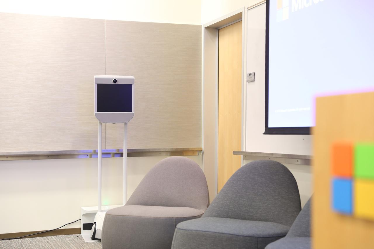 """Na jó, az egyik helyiségben csendes pihenőt tartó Beam Pro """"telejelenlét robot"""" azért árulkodik arról, hogy egy hi-tech cégnél járunk."""