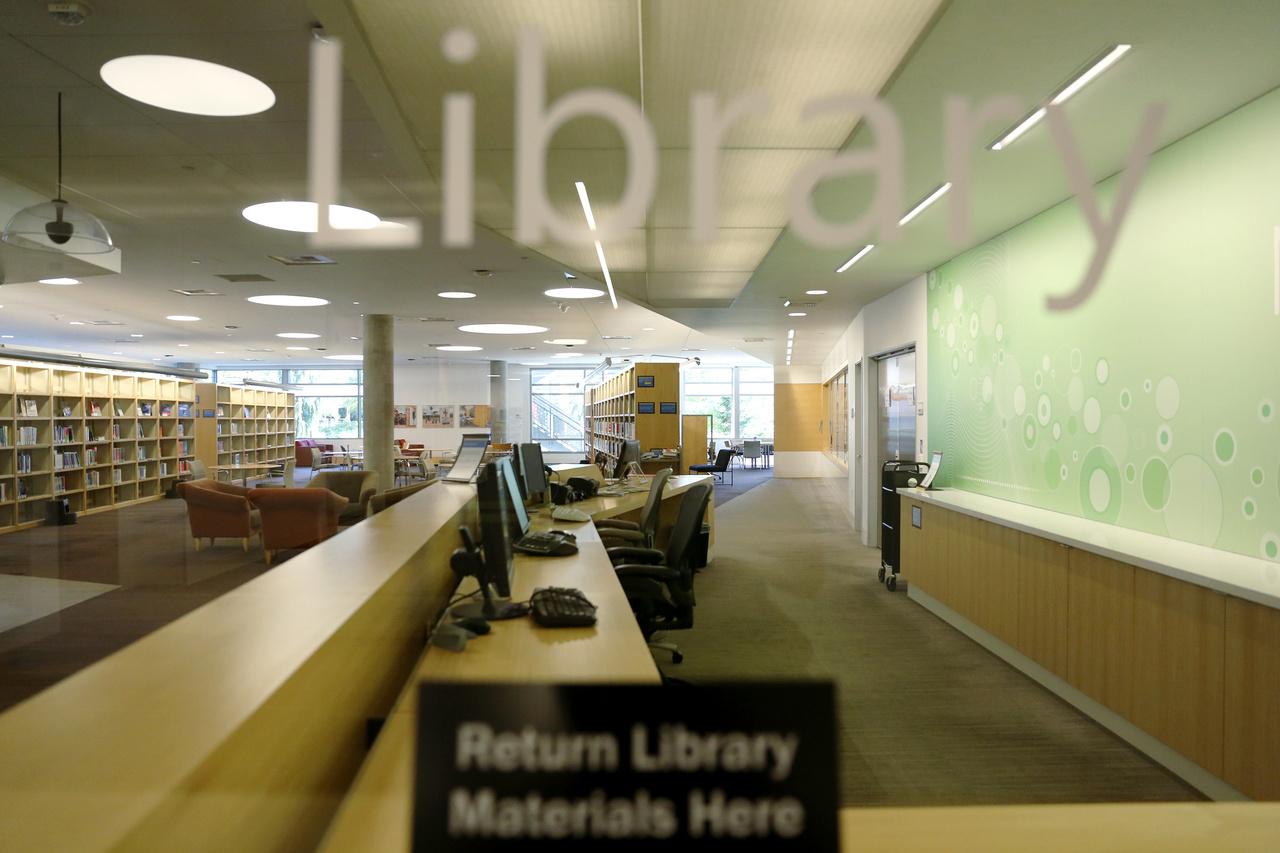 A kampusz könyvtára.