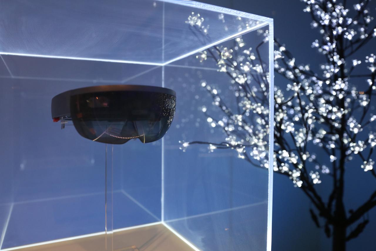 Kivéve ezt a Hololens holografikus szemüveget, ami a fizikai valóság és a mesterséges valóság egymásba mixelésére alkalmas.