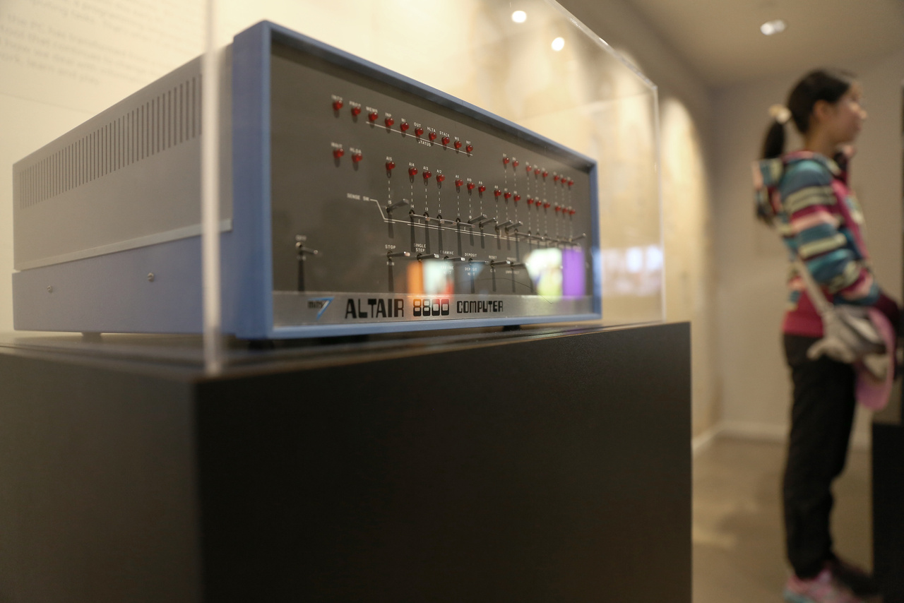 Kiállítottak egy Altair 8800 mikroszámítógépet, amire az első programozási nyelvet a Microsoft írta. Az 1978-ban kiadott Altair BASIC volt a cég első terméke.