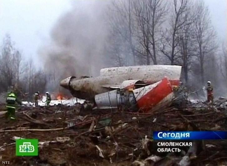A szerencsétlenül járt gép roncsánál dolgoznak tűzoltók 2010. április 10-én