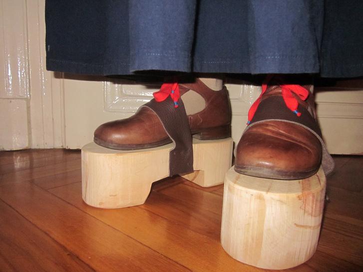 Valóság nem igazolta a sárcipő használhatóságát. Az elkészült darabban csak állni lehet. Íme.