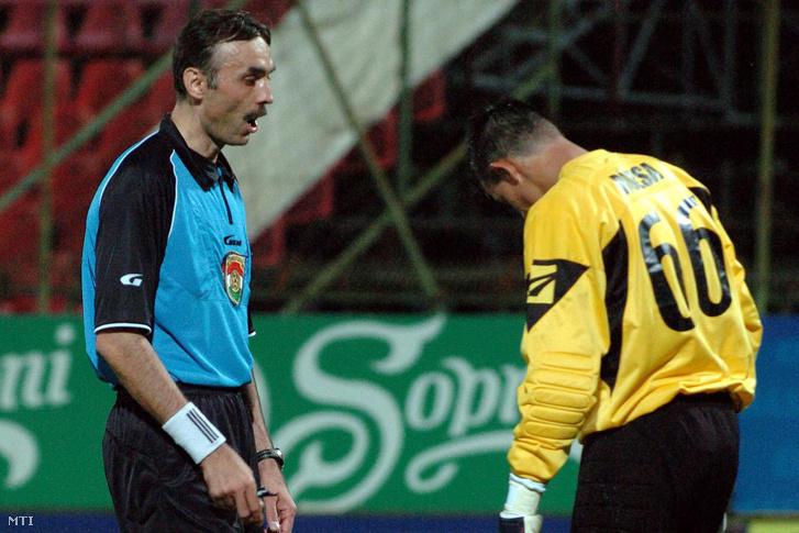 Bede Ferenc játékvezető figyelmezteti Rózsa Dánielt, a Haladás kapusát, amikor a labdarúgó Soproni Liga 7. fordulójában a DVSC-TEVA fogadta a Szombathelyi Haladás csapatát az Oláh Gábor utcai stadionban 2008. szeptember 12-én