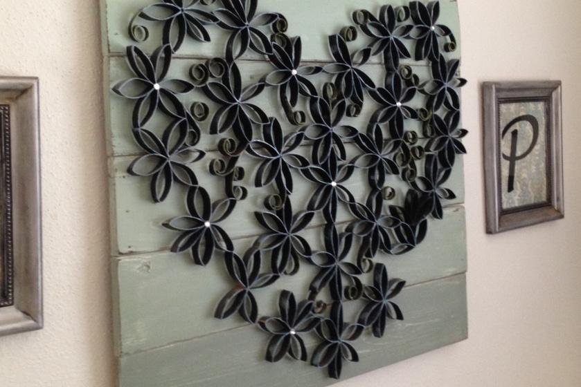 Ez a rusztikus-modern stílusban készült 3D-s kép szétvágott WC-papír-gurigából készült. A szétnyomott, szürkére festett szeletkék mintába összeragasztva nagyon jól mutatnak.