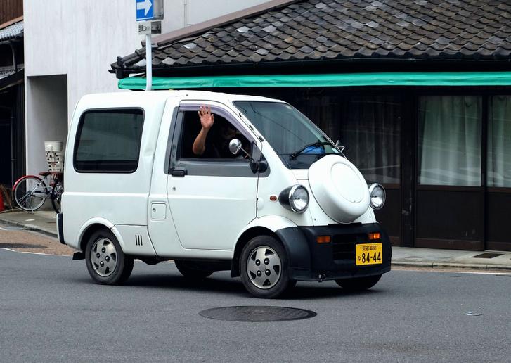 Daihatsu Midget II, létezett egy- és kétszemélyesben is, az orrán pedig az ott tényleg a pótkerék