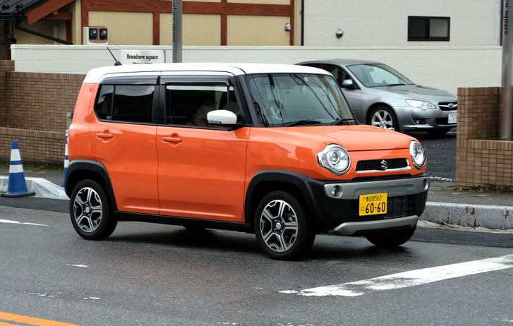 Minden kei-autók egyik legvagányabbja: a Suzuki Hustler még a Jeep Renegade-et is lenyomja feltűnésben. Japán legbiztonságosabb kei-autója, maximális pontot ért el nemrég a törésteszteken. Biztonsági felszerelései közé tartozik a dupla kamerás, lézeres ütközésmegelőző rendszer is. De nem ez a lényeg, hanem ahogy kinéz. Nem akar mindenki, AZONNAL egy ilyet? És ha elmondom, hogy van belőle 64 lovas, automatás, összkerekes kivitel, a hátuljából kihajtható sátorral? Ugye? Instant get to the max, öcsém, ez az