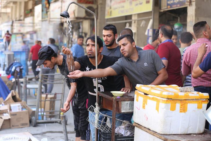 Bagdadban felállított instant zuhanyzó 2017. június 14-én.