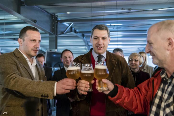 Lénárd András, Lázár Jánosés Simonffy Árpád sörrel koccint az Igazi Csíki Sört gyártó csíkszentsimoni sörfőzdében 2017. március 24-én.