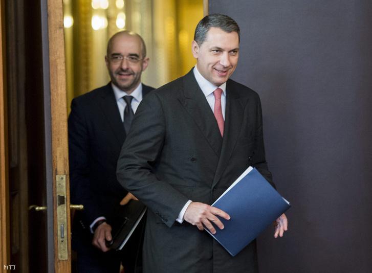 Lázár János a Miniszterelnökséget vezető miniszter érkezik a sajtótájékoztatójára, melyen később bejelentette, hogy a 2017-es költségvetésben a bürokráciacsökkentés jegyében 15 százalékos létszámkorrekcióra tesz javaslatot a központi államigazgatási szerveknél.