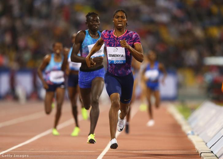 Semenya a nők 800 méteres síkfutását nyeri a májusi dohai atlétikai versenyen, mögötte szorosan Margaret Nyairera Wambui.