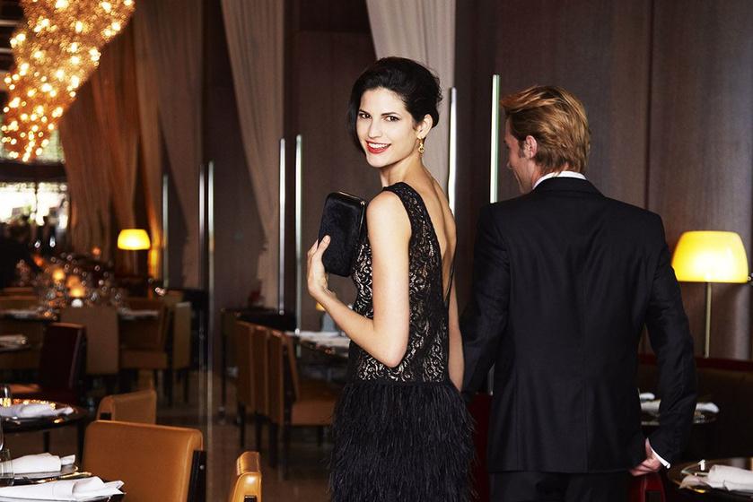 Az étterembe először mindig a férfi lép be. Felgyorsít, előremegy, belép az ajtón, és az ajtót tartva áll, arccal a nő felé, követi a tekintetével, hogy épségben beért-e.