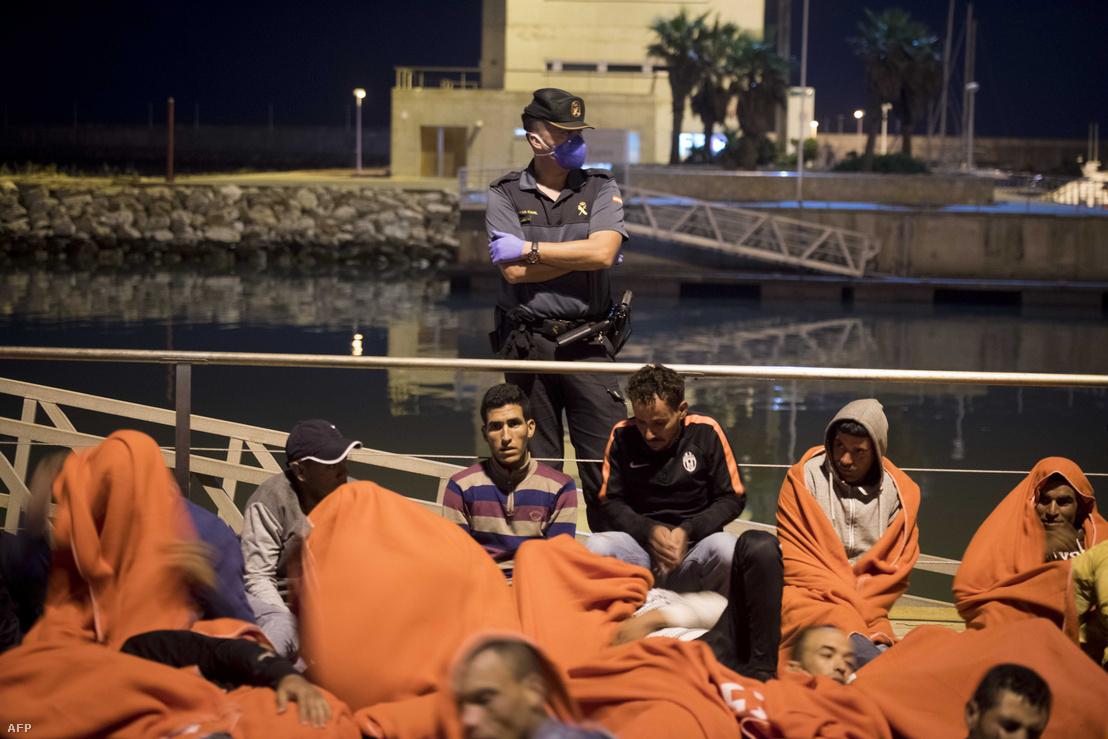 Marokkói bevándorlók Barbate kikötőjében, július 7-én