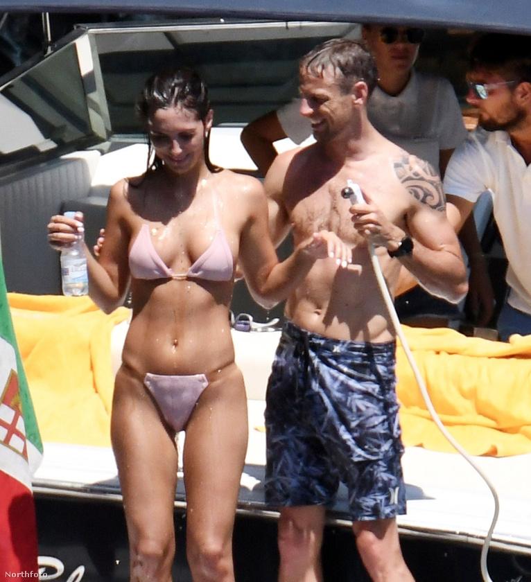 Az egykori Forma-1 versenyző Jenson Button Olaszországba vitte nyaralni Playboy-modell barátnőjét, a róluk készült képek alapján pedig úgy tűnik, gazdag szerelmespárhoz illően kimaxolják a vakációt.