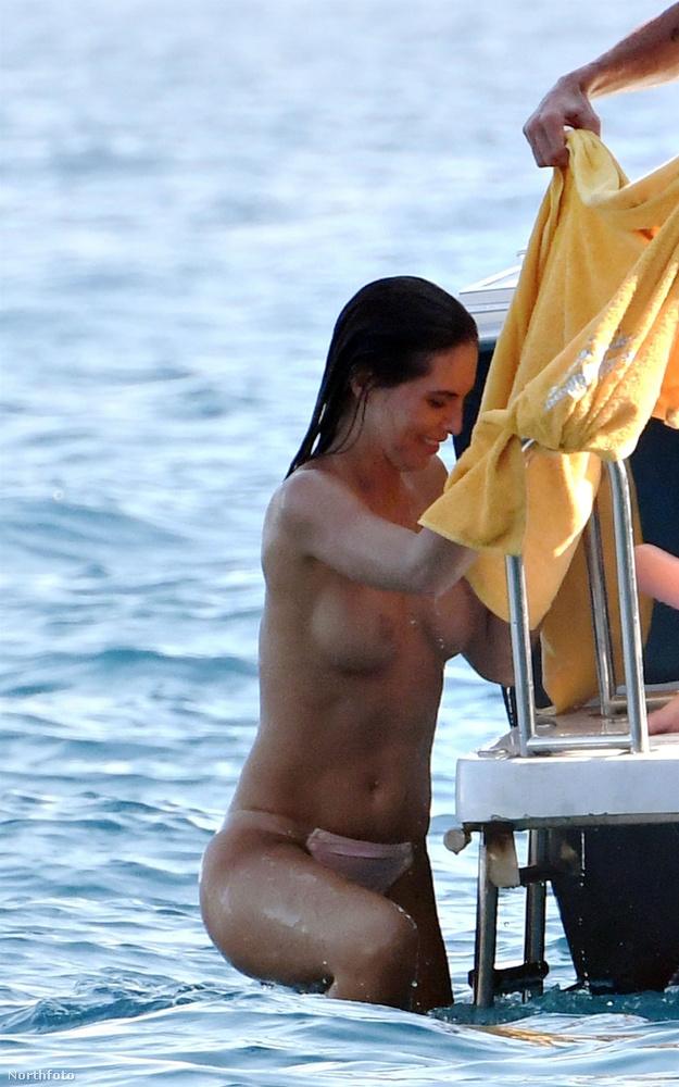 Néha annyira hevesen, hogy egy bikinifelsővel kevesebbel jönnek ki belőle.