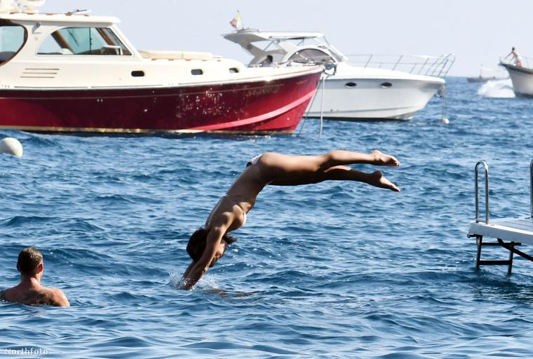 Természetesen nem a zsúfolt tengerparton aszalódnak a napon, hanem egy privát hajóról csobbannak a vízbe.