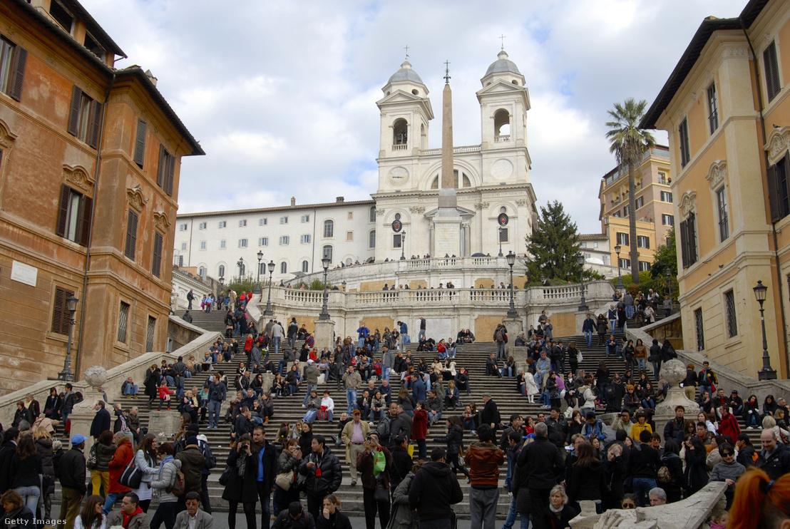 Turistatömeg a római Spanyol téren