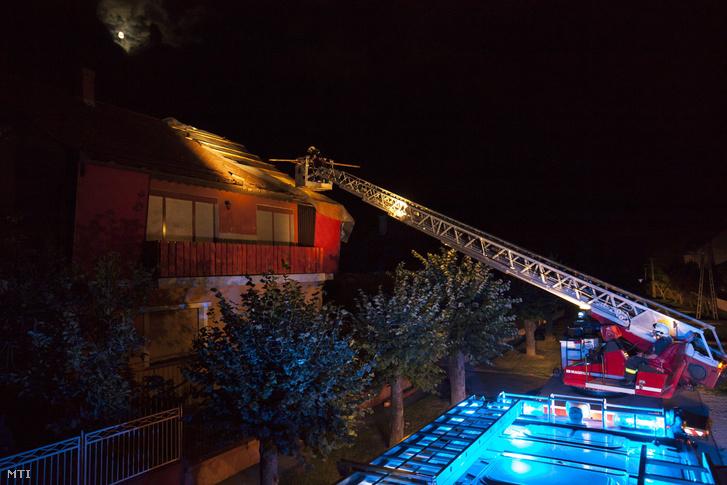 Tűzoltók dolgoznak a viharos szélben megrongálódott családi ház tetőszerkezetén Nagykanizsán a Dobó István utcában 2017. augusztus 10-én.