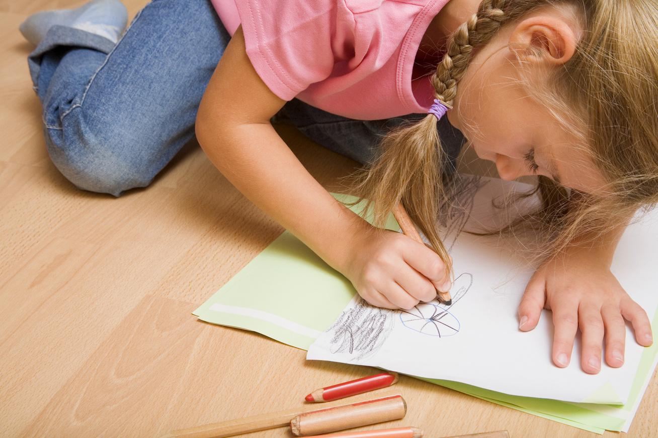 gyerek rajzol