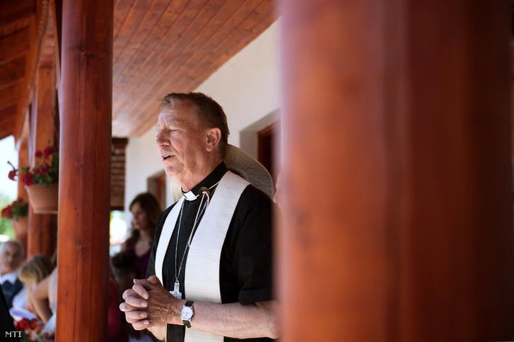 Beer Miklós váci megyés püspök a csévharaszti plébánia közösségi házának avatásán a Váci Egyházmegyei Találkozón 2017. június 24-én