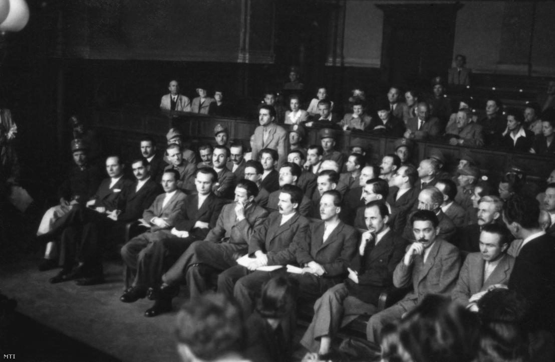 Mistéth Endre építőmérnök egykori újjáépítési miniszter (első sor b2) és társai ülnek a Budapesti Népbíróság tárgyalótermében az ellenük folyó per tárgyalásán 1947. június 12-én. A vád szerint a Független Kisgazdapárt (FKgP) illetve a kisgazda kötődésű társadalmi szervezet a Parasztszövetség magas rangú tisztségviselőiből álló csoport kapcsolatban állt a köztársaság-ellenes összeesküvéssel vádolt Magyar Közösséggel.
