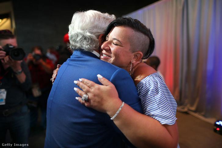 Bianca Wilfork férje visszavonulási ceremóniáján öleli a Patriots-tulajdonos Robert Kraftet