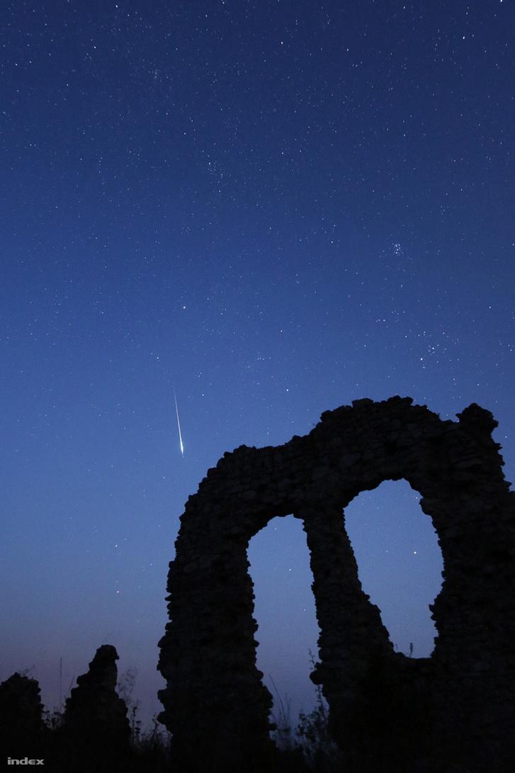 Perseida meteor a csővári vár romjaival, két évvel ezelőttről