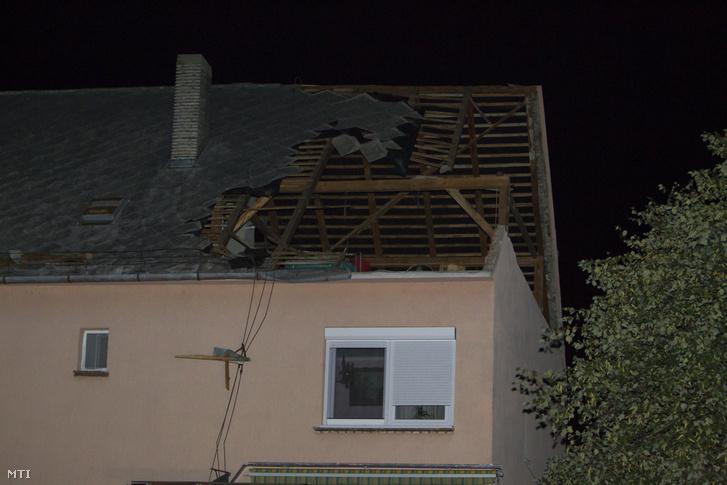 Viharos szélben megrongálódott családi ház tetőszerkezete Nagykanizsán a Dobó István utcában 2017. augusztus 10-én.