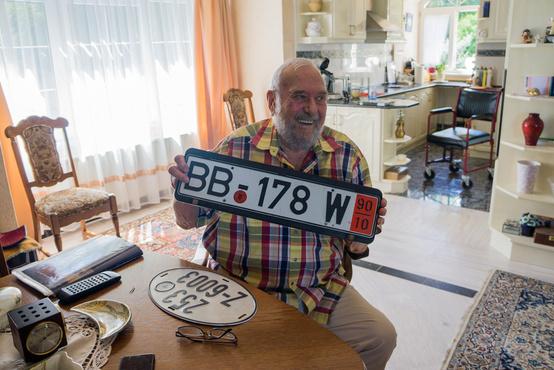 A tulajdonos a Mercedes egykori ideiglenes német rendszámával.