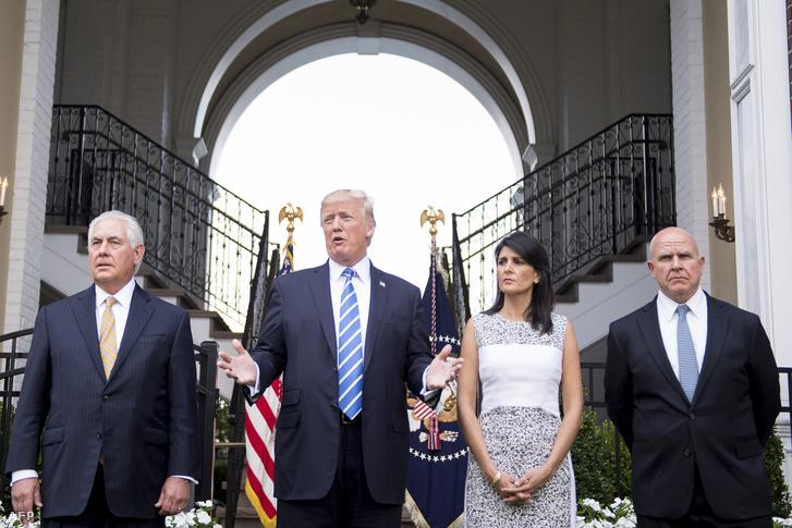 Rex Tillerson (b), Donald Trump, Nikki Haley és a nemzetbiztonsági tanácsadó H. R. McMaster a New Jersey-i tanácskozás után
