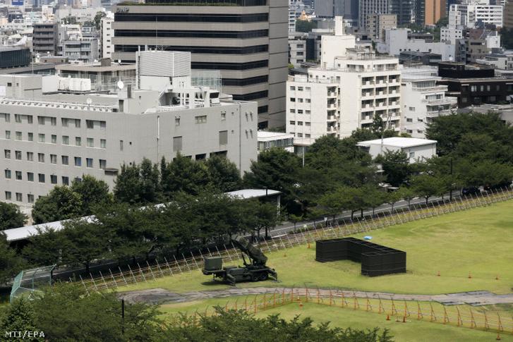 Patriot PAC-3-as típusú amerikai légvédelmi rakétavető a tokiói védelmi minisztérium udvarán 2017. július 28-án miután Észak-Korea újabb rakétát lőtt ki. A koreai rakéta Hokkaido japán sziget partjaitól 200 tengeri mérföldre feltehetőleg a japán kizárólagos gazdasági övezetben csapódott a tengerbe.