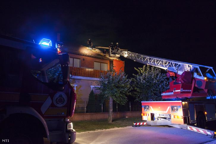 Tűzoltók dolgoznak a viharos szélben megrongálódott családi ház tetőszerkezetén Nagykanizsán