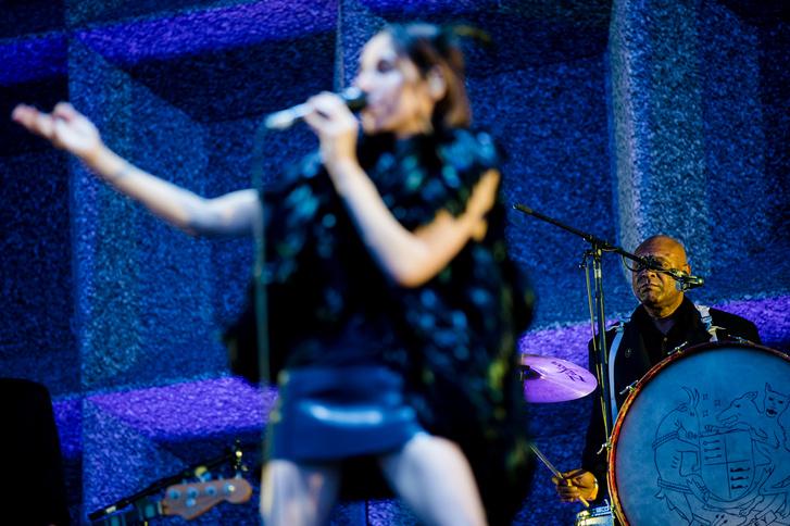 A brit PJ Harvey (Polly Jean Harvey) koncertje