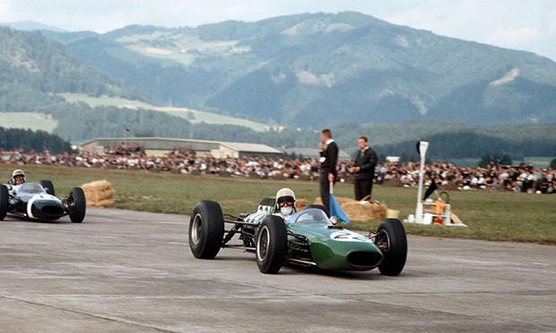 Anderson útban pályafutása egyetlen világbajnoki Forma-1-es dobogója felé zöld Brabham-Climax-jában az 1964-es osztrák nagydíjon