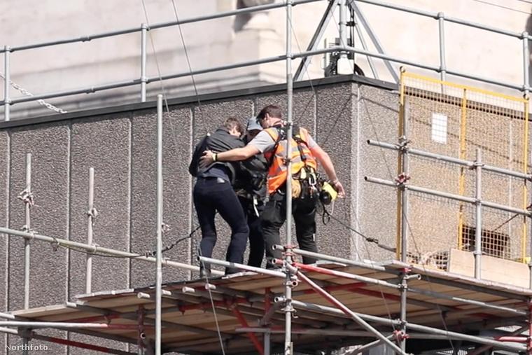 Tényleg megsérülhetett, mert a jelenet után a stábnak kicsit azért támogatnia kellett, amikor lekísérték a tetőről.
