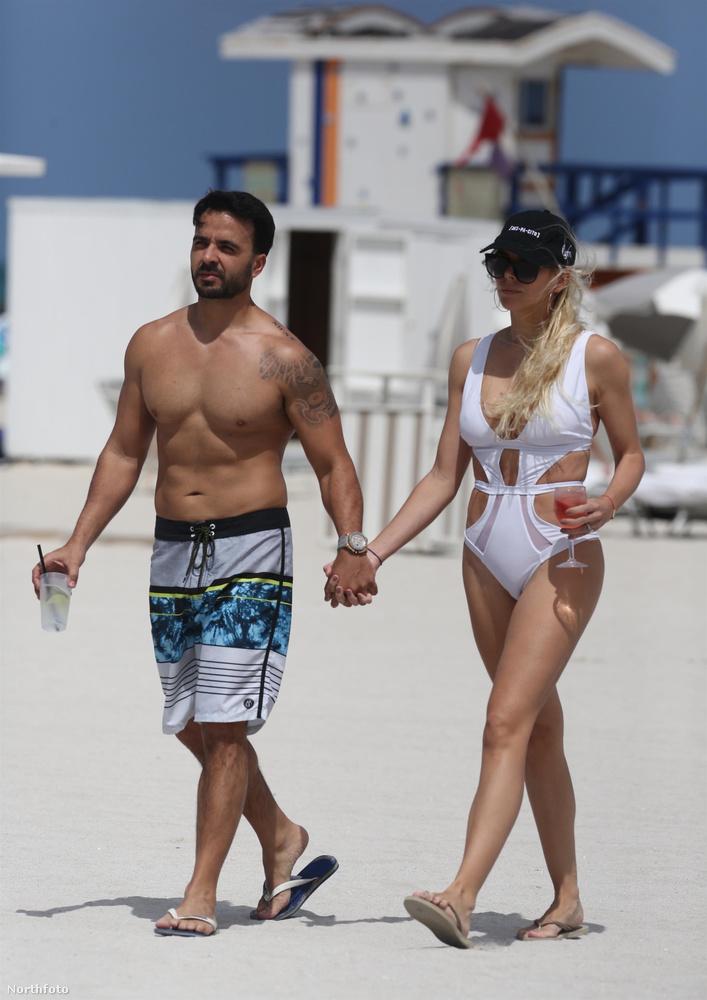 kézen fogva sétálgatnak a parton.