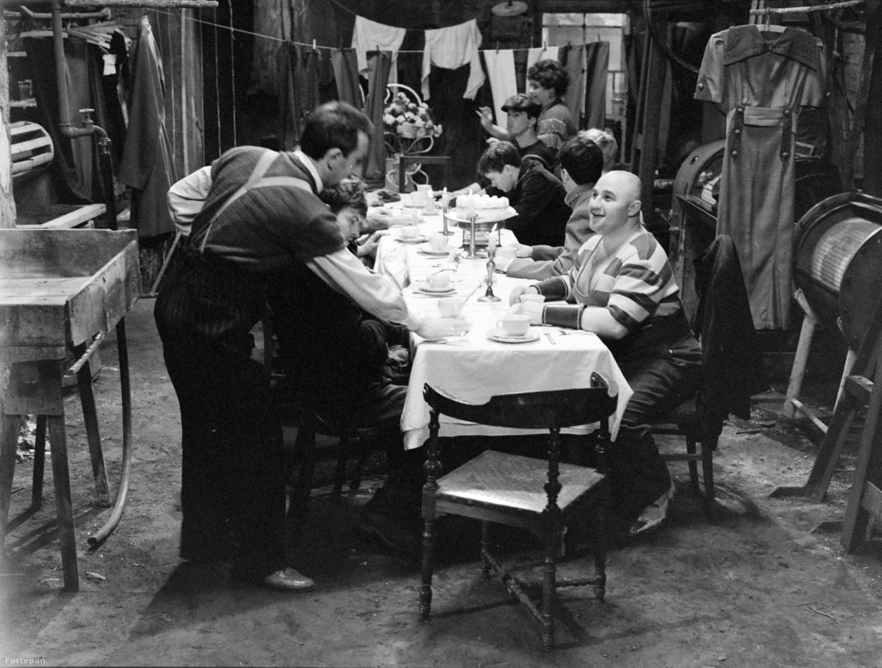 """A lakoma Minarik Edénél, ami tortacsatába torkollik. """"Mindig elolvadtak a torták, ezért cérnával kötözték össze őket, de az sem segített. Egy beállításban akartam felvenni az egészet, de mindig elolvadt a torta. Le kellett állni a háromnegyedénél, és úgy oldottam meg, hogy kitaláltam, hogy a Garas menjen ki a díszletből. Kértem a Zsuzsát (Tóth Zsuzsa dramaturgot), hogy írjon neki egy mondatot, amit egy foncsorozott tükörben elmond közeliben, hogy közben ki tudják cserélni a tortákat. Zsuzsa tíz perc múlva jött a mondattal: legyen az, hogy """"Kell egy csapat!"""", mire a Garas mondta, hogy hadd mondja úgy, hogy """"Mert kell egy csapat, kell"""". Mondtam Dezsőke, mondjad úgy nyugodtan."""""""