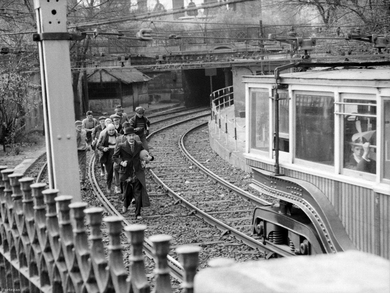 A film 1924-ben játszódik, ezért írtak bele egy jelenetet az akkor még a felszínen is közlekedő kisföldalatti vasúttal - ez az egyik edzés helyszíne.
