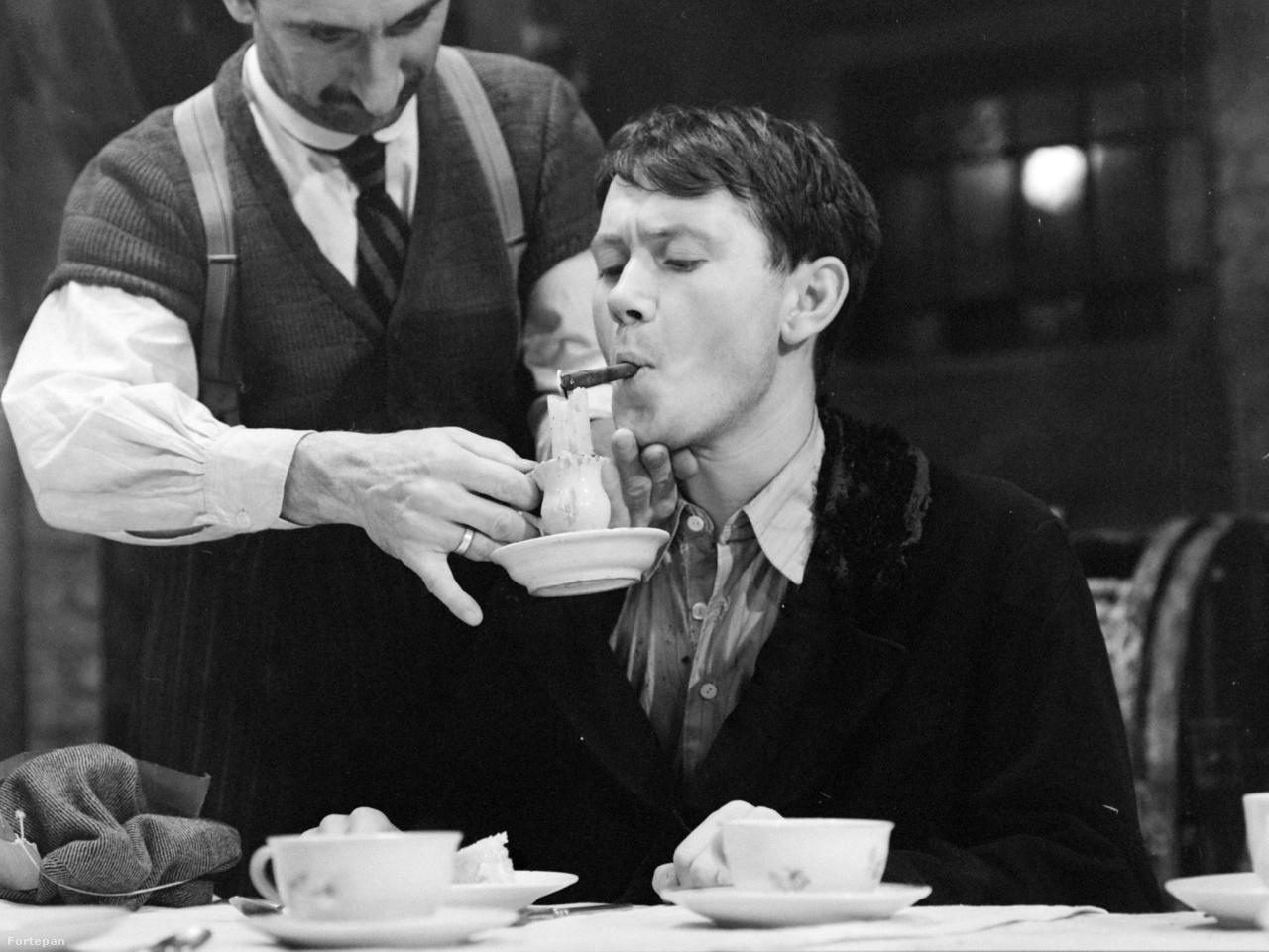 Ács János, később legendás színházi rendező 24 évesen Színes, a jobbösszekötő szerepében.