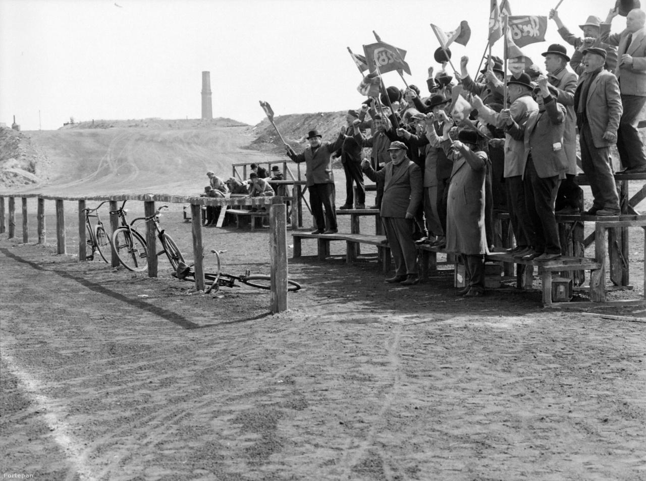 Szurkolók a Csabagyöngye meccsen - az ellenfél oldalán.
