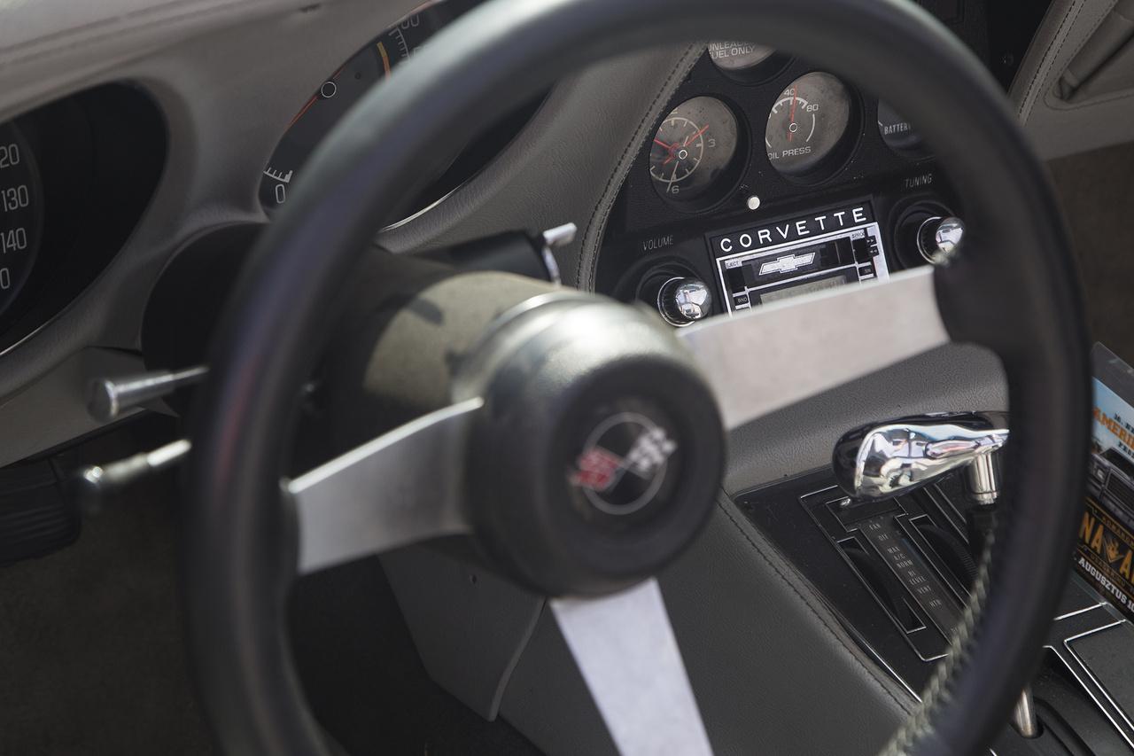 Chevy Corvette enteriőr. Az eredeti, krómozott feliratú kazettás magnó élőben és fotón is nagyot üt.