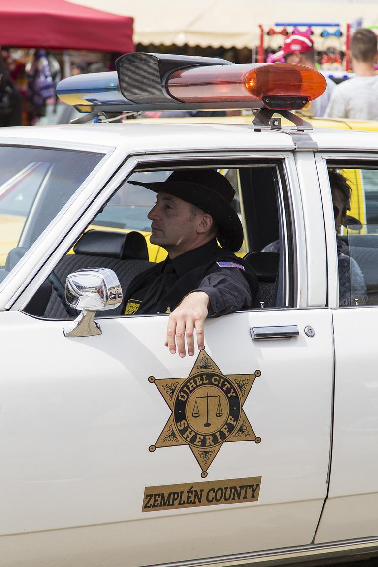 Identitászavar – a zempléni seriff tipikus amerikai rendőrautó replikában krúzolt körbe az erődben.