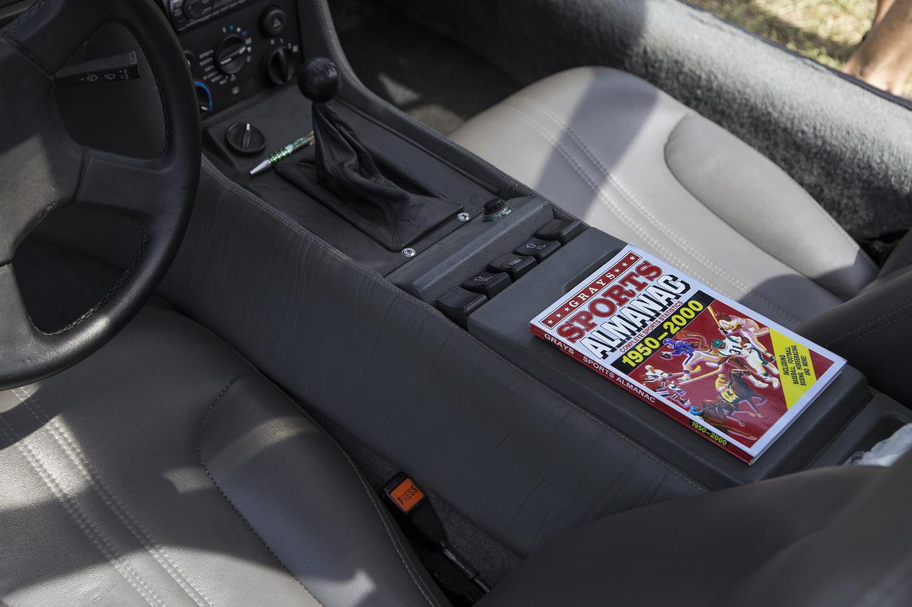 A DMC DeLorean gazdája bár nem épített fluxuskondenzátort az autójába, azért ügyel a részletekre – Gray sportalmanachja, a Vissza a jövőbe című film egyik kulcsfontosságú tárgya nem maradt ki az installációból.