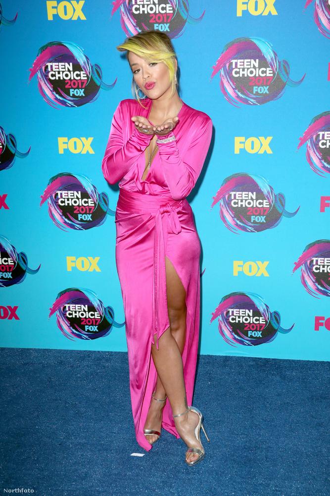 És tessék!                         Ennek, a Teen's Choice Awardsnak köszönhető, hogy nem volt Rita Ora-koncert augusztus 12-én, hisz különben 13-ra nem ért volna oda Los Angelesbe a díjátadóra - vagy csak brutális jetlaggel.