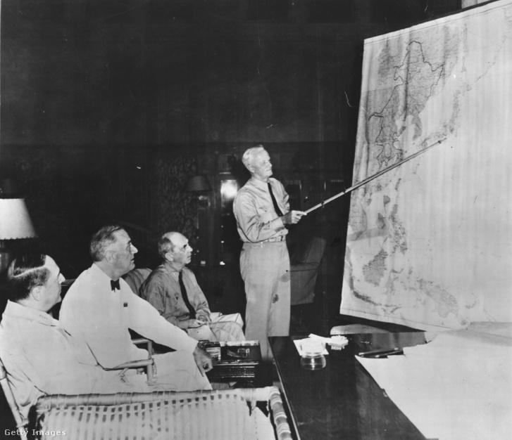 Nimitz Admirális tart eligazítást Roosevelt elnöknek és McArthur tábornoknak