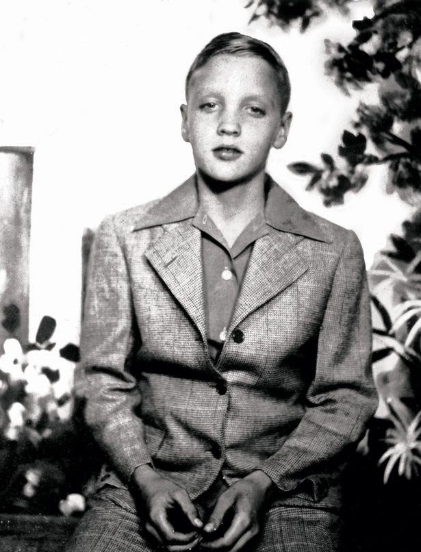 Alig ismerjük fel Elvist! Az énekes így nézett ki 11 éves korában az első nyilvános fellépésén: egy versenyen, amire a zenetanárnője nevezte be.