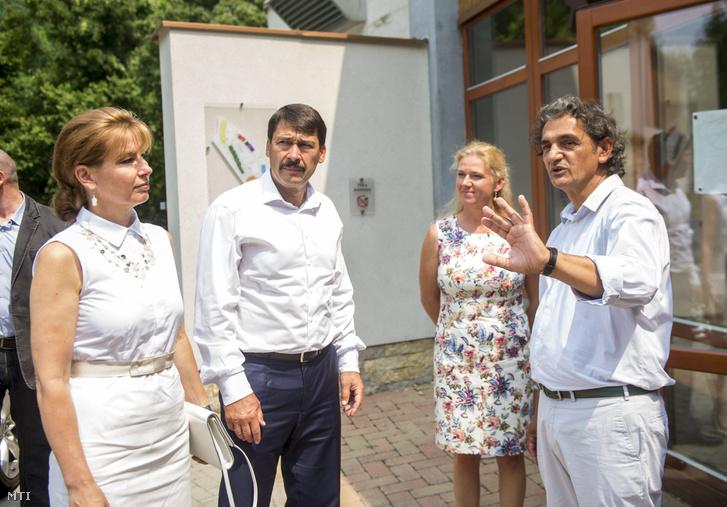 Áder János (b2) és felesége Herczegh Anita (b) a felsőörsi Snétberger Zenei Tehetség Központban Tromposch Julianna a központ operatív igazgatója (j2) és Snétberger Ferenc művészeti igazgató (j) társaságában 2015. július 8-án.