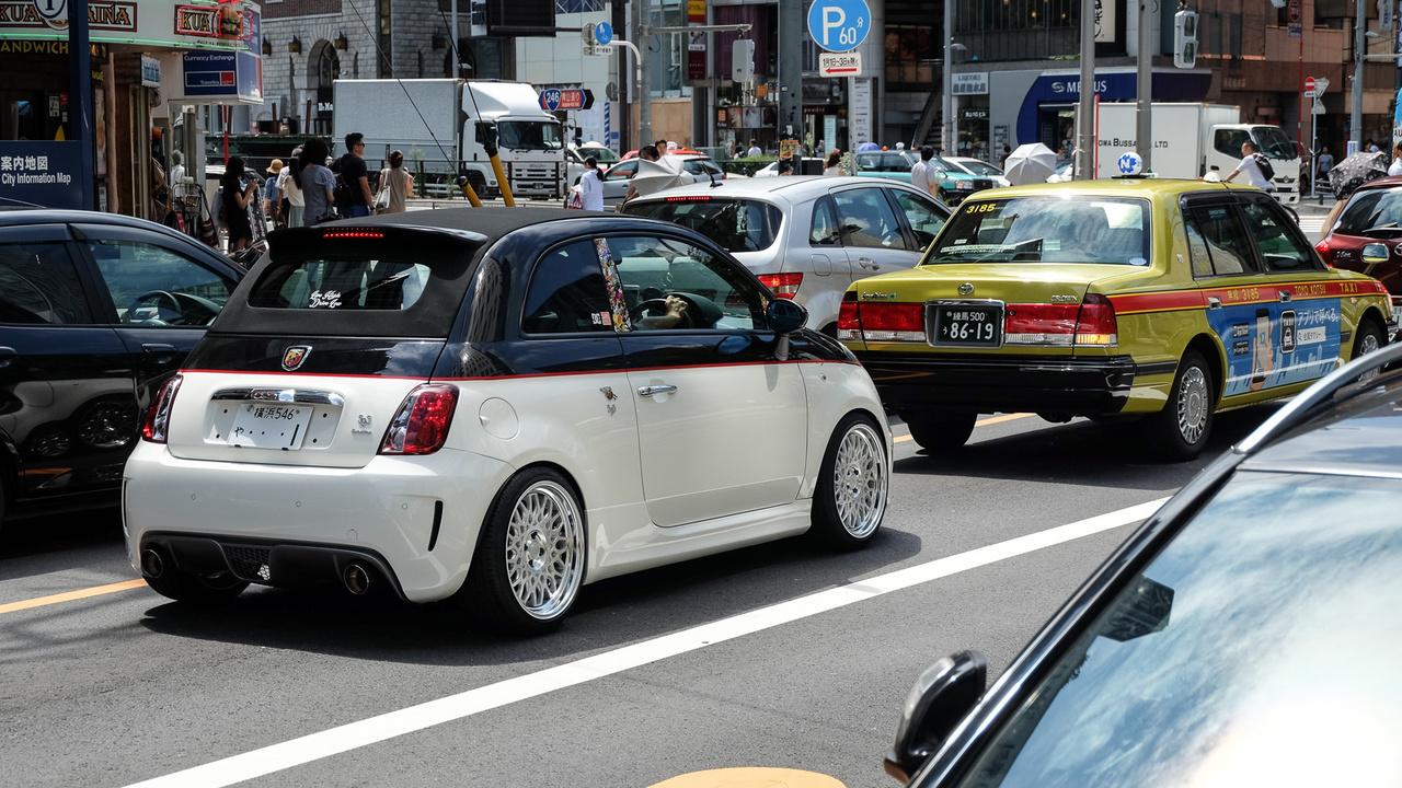 Ami olasz, az Japánban helyből stílusos. Fiat 500-ból látni eleget, de főleg erős, alaposan kistafírozott példányokat. Ez itt egy 595 Abarth, vászontetős, nagyjából atommeghajtású kivitel, ami a tokiói Nishiazabu mellett várja a zöldet