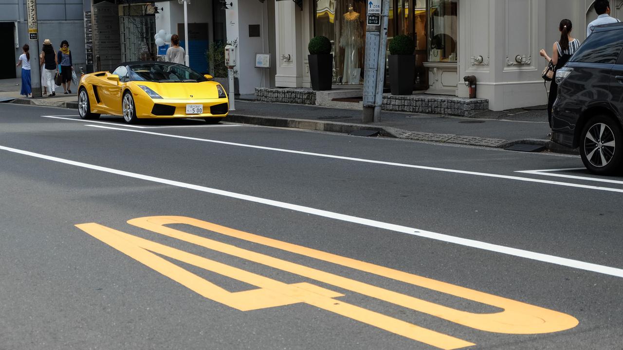 Tokió belvárosában ha nem is gázol térdig az ember a szuperautókban, de nem kell sokat nézelődni, hogy belebotoljon valaki egybe. Ez itt egy Lamborghini Gallardo, amely éppen az útfestéshez öltözött