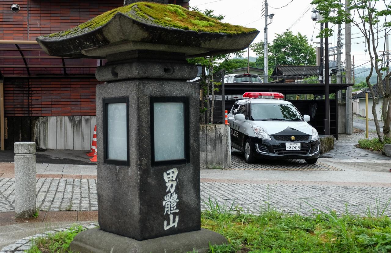 A japán rendőrnek nem derogál a Suzuki, talán szereti is, mert biztosan odaér. És milyen jópofa, hogy minden rendőrautó, még a Swift is rendőr-emblémát kap az orrára
