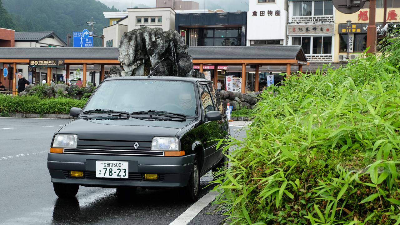 Bár a választás meglehetősen valószerűtlen, mégis ez volt az első nem-BMW külföldi autó, amire felfigyeltem Japánban. Bizony, egy jó negyedszázados Renault R5 a nikkói buszállomás mellett. Aki a Renault-Nissan összefonódást gyanítja a háttérben, azzal hadd közöljem: az egy jó tizenöt évvel későbbi sztori